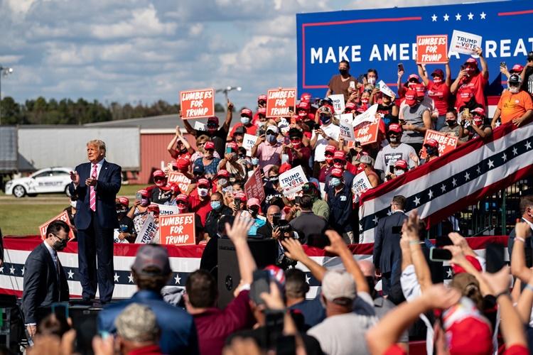 Tổng thống Trump tại cuộc vận động tranh cử ở Bắc Carolina ngày 24/10. Ảnh: NYTimes.