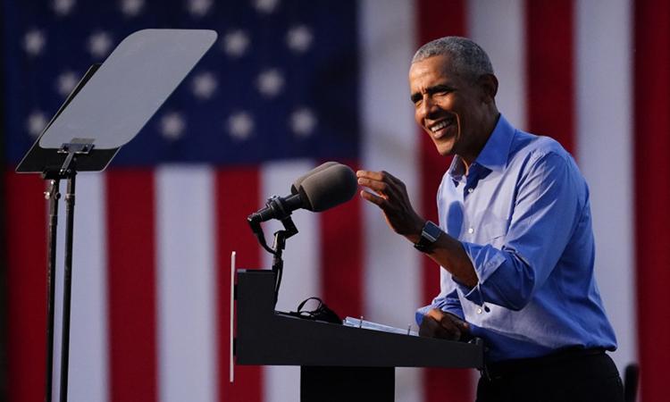 Cựu tổng thống Obama tại sự kiện vận động tranh cử cho ứng viên Joe Biden tại Philadelphia, abng Pennsylvania hôm 21/10. Ảnh: AP.
