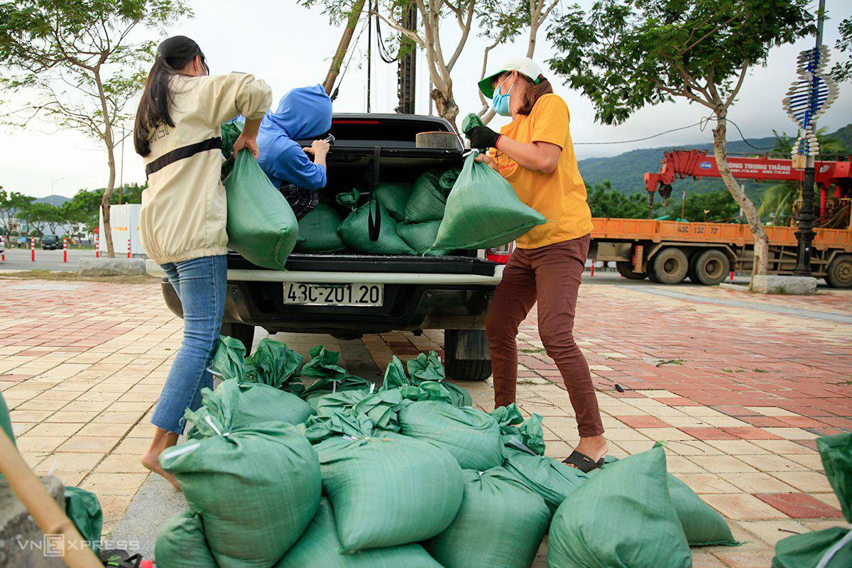 Người dân Đà Nẵng ra bờ biển cho vào bao tải chờ về nhà chèn chống nhà cửa. Ảnh: Nguyễn Đông.
