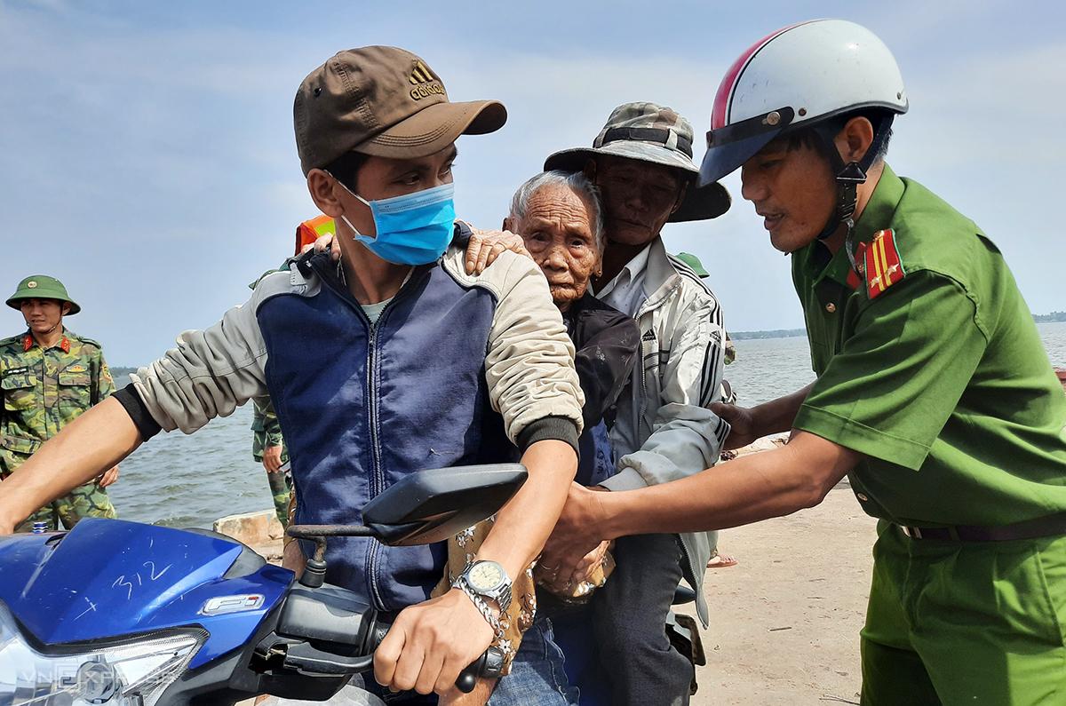 Lực lượng chức năng huyện Núi Thành sơ tán người dân xã đảo Tam Hải đi tránh bão sáng 27/10. Ảnh: Đắc Thành.
