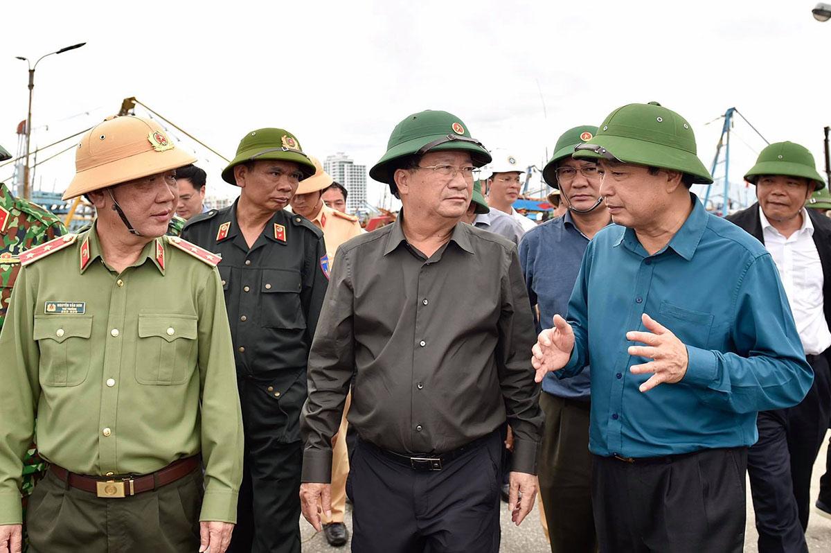 Phó thủ tướng Trịnh Đình Dũng (giữa) kiểm tra tình hình phòng chống bão số 9 ở Quảng Nam. Ảnh: Ngọc Thành.