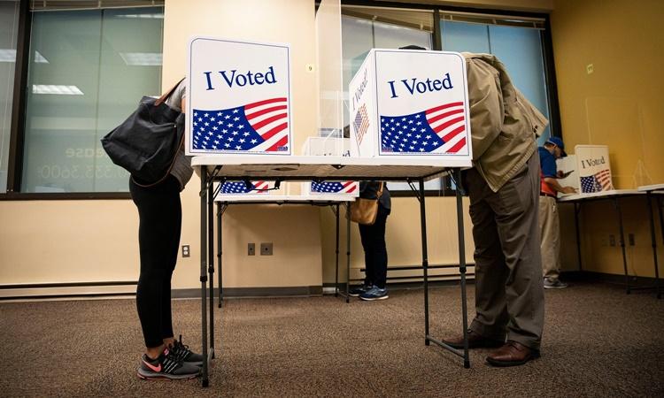 Cử tri đi bỏ phiếu sớm tại hạt Arlington, bang Virginia, Mỹ, ngày 18/9. Ảnh: Reuters.