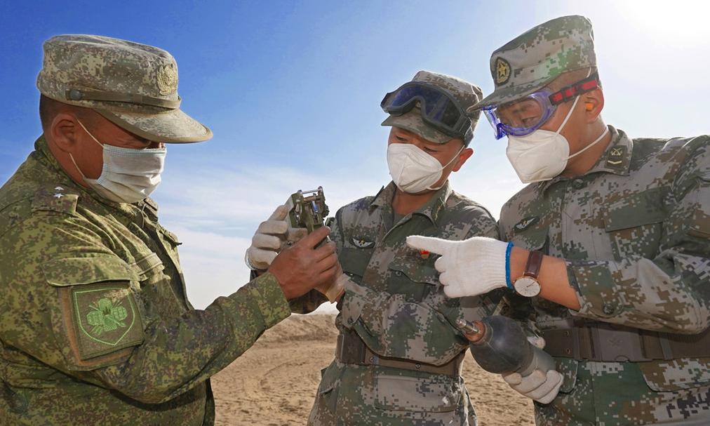Giảng viên quân sự Nga hướng dẫn cách khắc phục sự cố của tên lửa phòng không cho lính Trung Quốc tham gia tập trận Kavkaz-2020 tại thao trường ở tỉnh Astrakhan, ngày 21/9. Ảnh: PLA.