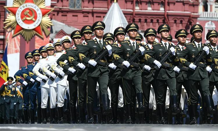 Binh sĩ Trung Quốc tham gia lễ duyệt binh kỷ niệm 75 năm chiến thắng phát xít Đức tại Quảng trường Đỏ, Moskva, Nga, ngày 24/6. Ảnh: Reuters.