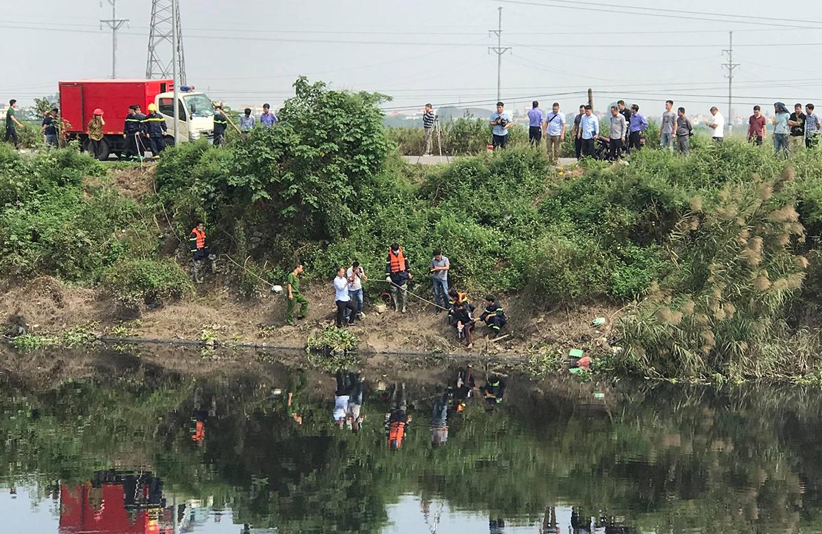 Cảnh sát khám nghiệm hiện trường, trưa 27/10. Ảnh: Hải Hoàng.
