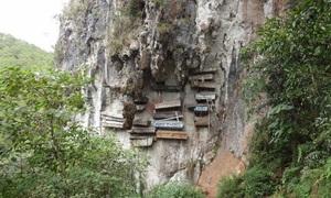 Quan tài hàng trăm năm tuổi treo bên vách đá