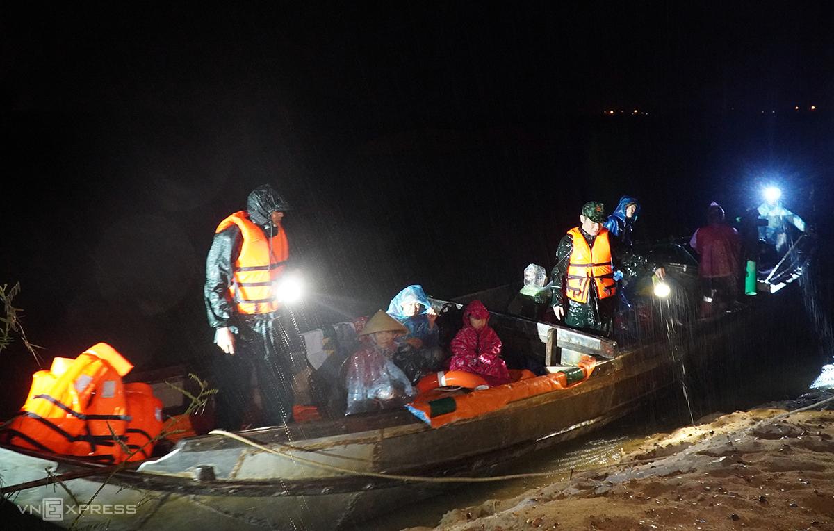 Trong mưa gió tối 27/10, lực lượng chức năng xã Tịnh An, TP Quảng Ngãi dùng thuyền đưa người dân ở thôn An Phú (một cồn nằm giữa sông Trà Khúc) vào bờ. Ảnh: Phước Tuấn.