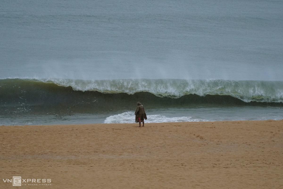Sóng cuộn, dâng cao trên biển Quy Nhơn (Bình Đình) chiều 27/10. Ảnh: Việt Quốc.