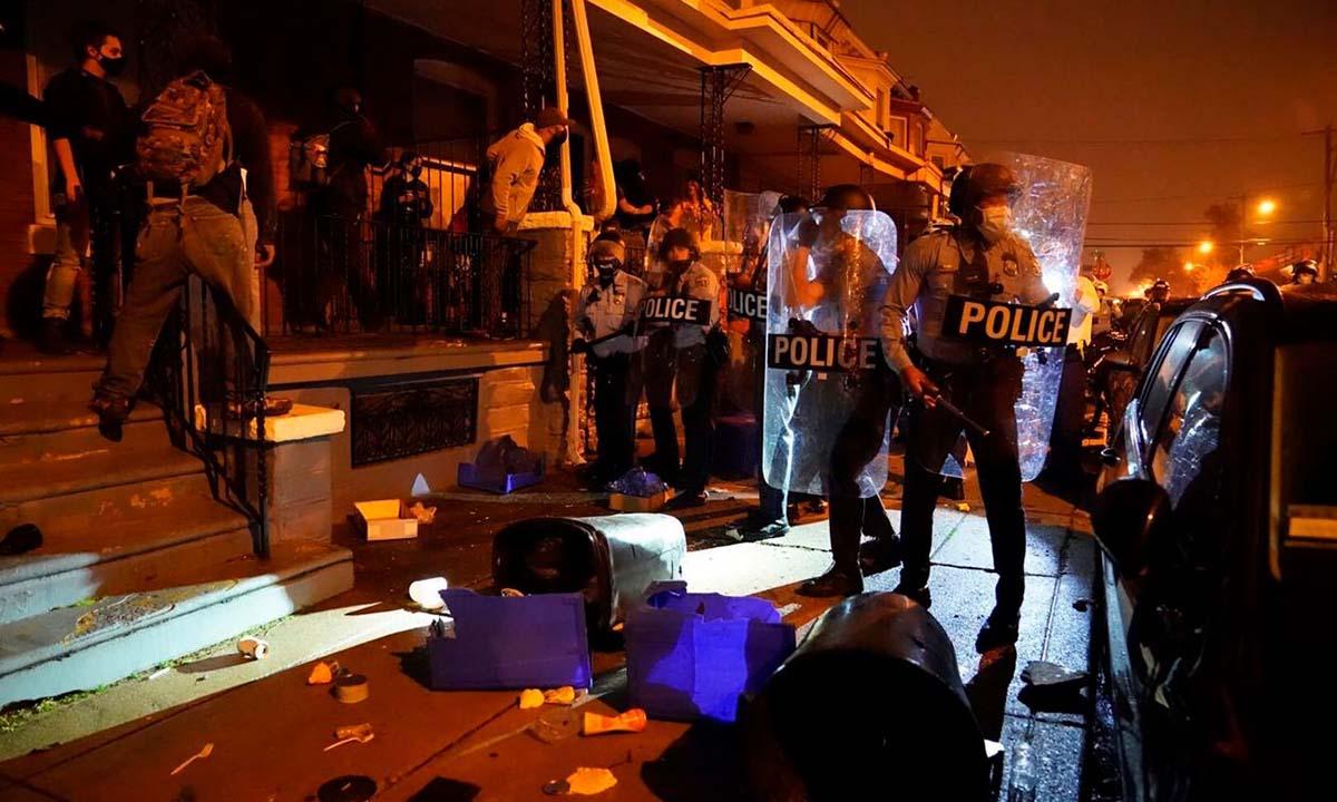 Cảnh sát giải tán biểu tình sau vụ thanh niên da màu Walter Wallace bị bắn chết tại thành phố Philadelphia, bang Pennsylvania, hôm 26/10. Ảnh: AP.