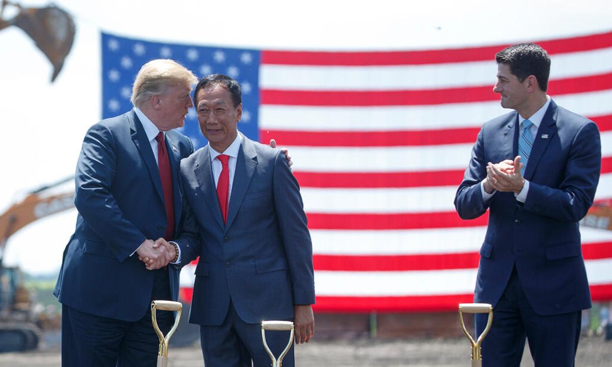 Tổng thống Donald Trump (trái) và chủ tịch Foxconn Terry Gou (giữa) tại lễ khởi công nhà máy mới ở Wisconsin năm 2018. Ảnh: NYTimes.