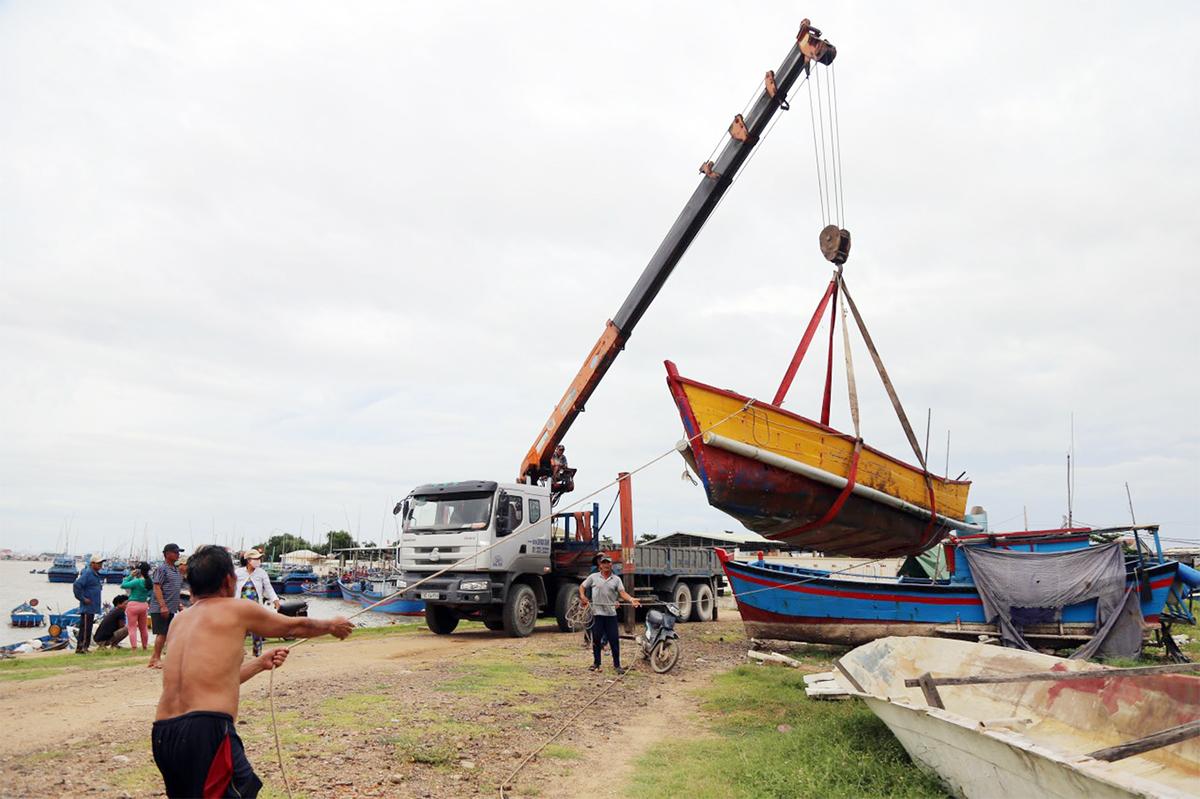 Ngư dân phường Phú Hòa Đông, TP Tuy Hòa thuê cẩu tàu lên bờ tránh bão, trưa 27/10. Ảnh: Xuân Ngọc.