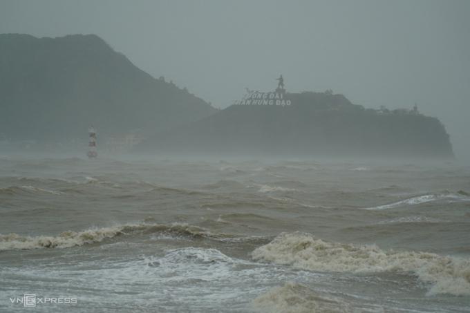 Sóng biển cuồn cuộn trước đảo Hải Minh, TP Quy Nhơn, Bình Định lúc 10h20 sáng 27/10. Ảnh:Việt Quốc.