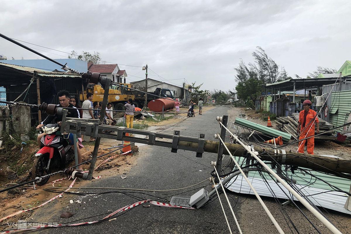 Cột điện gãy đổ hàng loạt tại xã Bình Minh, Thăng Bình, Quảng Nam. Ảnh: Hoàng Phương.