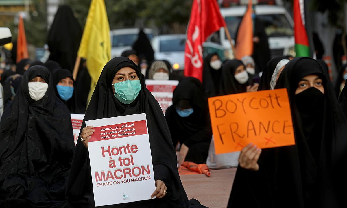 Người Iran biểu tình bên ngoài đại sứ quán Pháp ở Tehran ngày 28/10. Ảnh: Reuters.