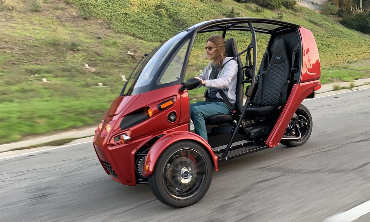 Arcimoto FUV với thiết kế 3 bánh, hai ghế, và không có cửa. Ảnh: Electrek