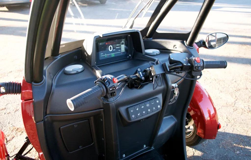 Nội thất và tiện nghi của FUV là tối thiểu, với một màn hình hiển thị một số thông tin cơ bản, giá và cổng sạc cho điện thoại di động. Ảnh: Electrek