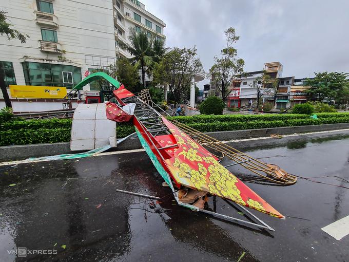 Cổng chào gãy đổ trên đường Lê Lợi, TP Quảng Ngãi. Ảnh: Phước Tuấn.