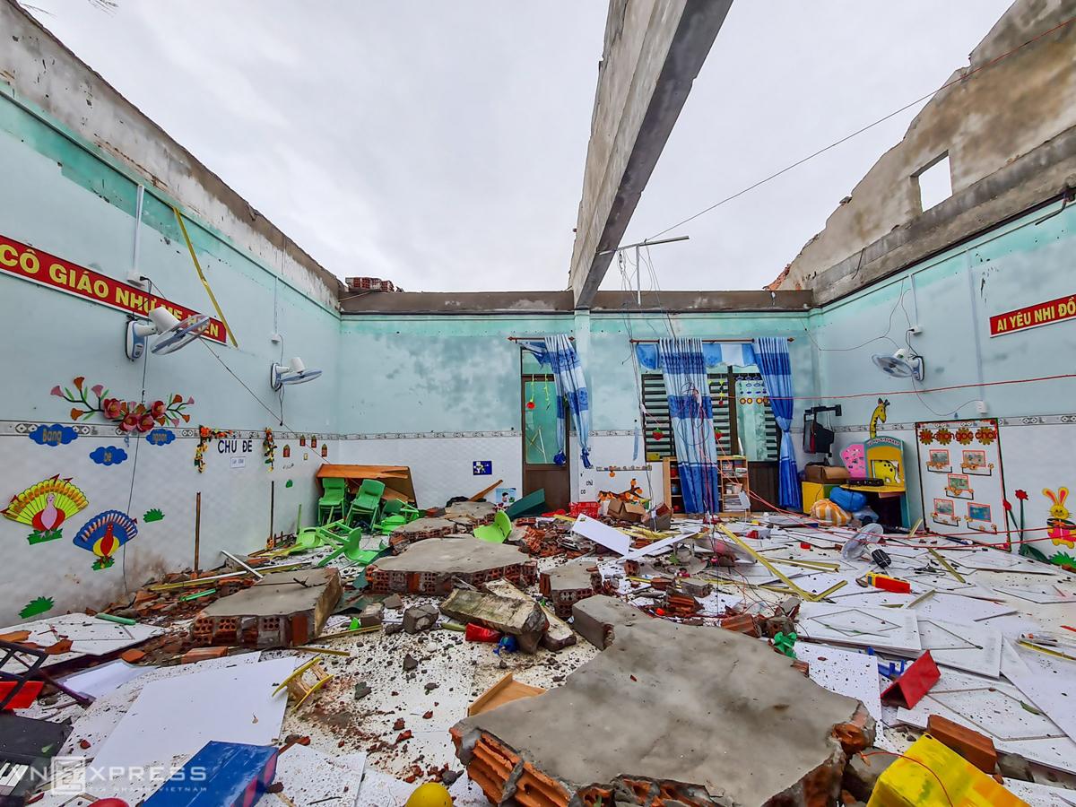 Trường tiểu học Tịnh Khê, TP Quảng Ngãi bị tốc mái. Ảnh: Phước Tuấn.