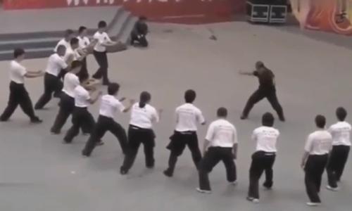 Võ sư truyền điện Trung Quốc no đòn khi thách đấu võ sĩ MMA  - 2