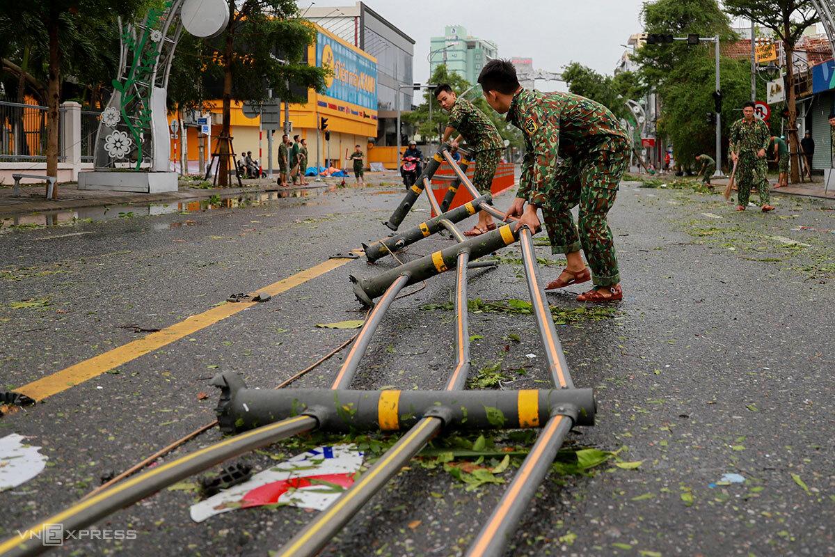 Bộ đội giúp dọn dẹp trên tuyến đường Lê Duẩn (Đà Nẵng), chiều tối 28/10. Ảnh: Nguyễn Đông.