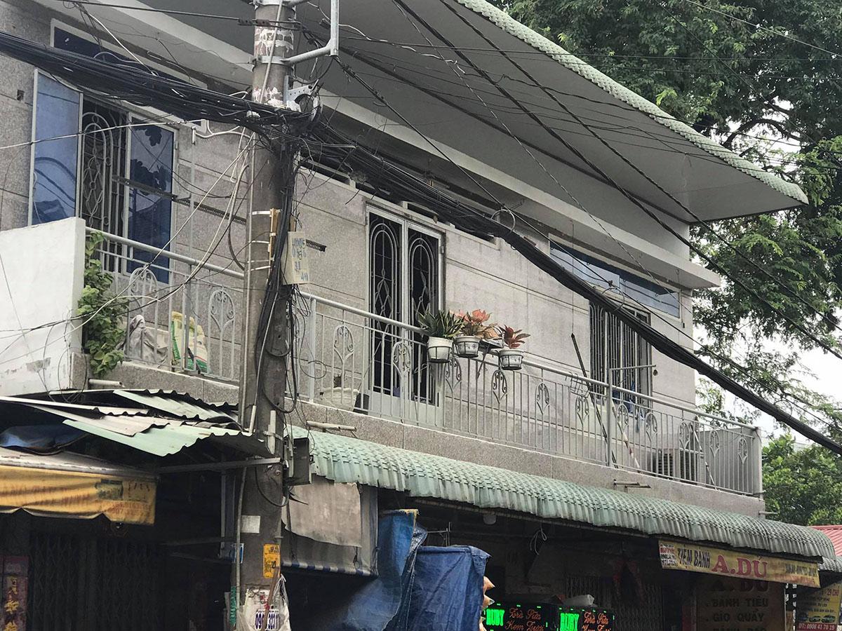 Khu vực lang can nơi cảnh sát phá cửa vào trong. Ảnh: Đình Văn.