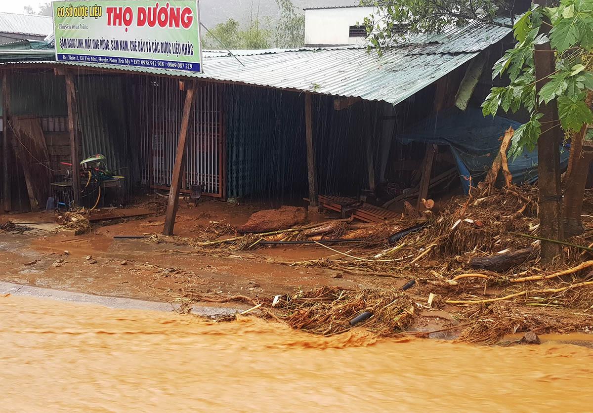 Một ngôi nhà người dân xã Trà Mai bị hư hỏng sau sạt lở núi. Ảnh: Thọ Hoàng.