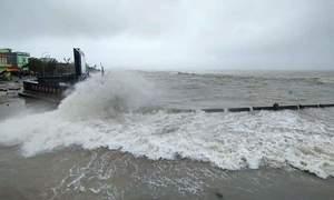Sóng biển cao 6 m khi bão Molave áp sát đất liền