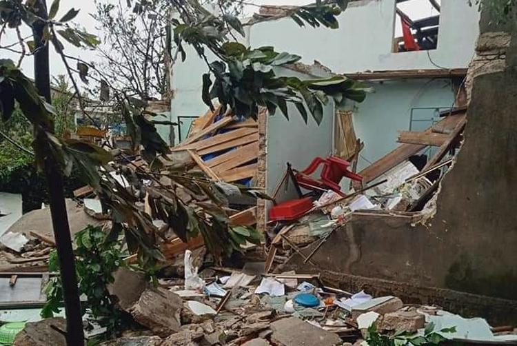 Một căn nhà ở Lý Sơn bị bão đánh sập. Ảnh:
