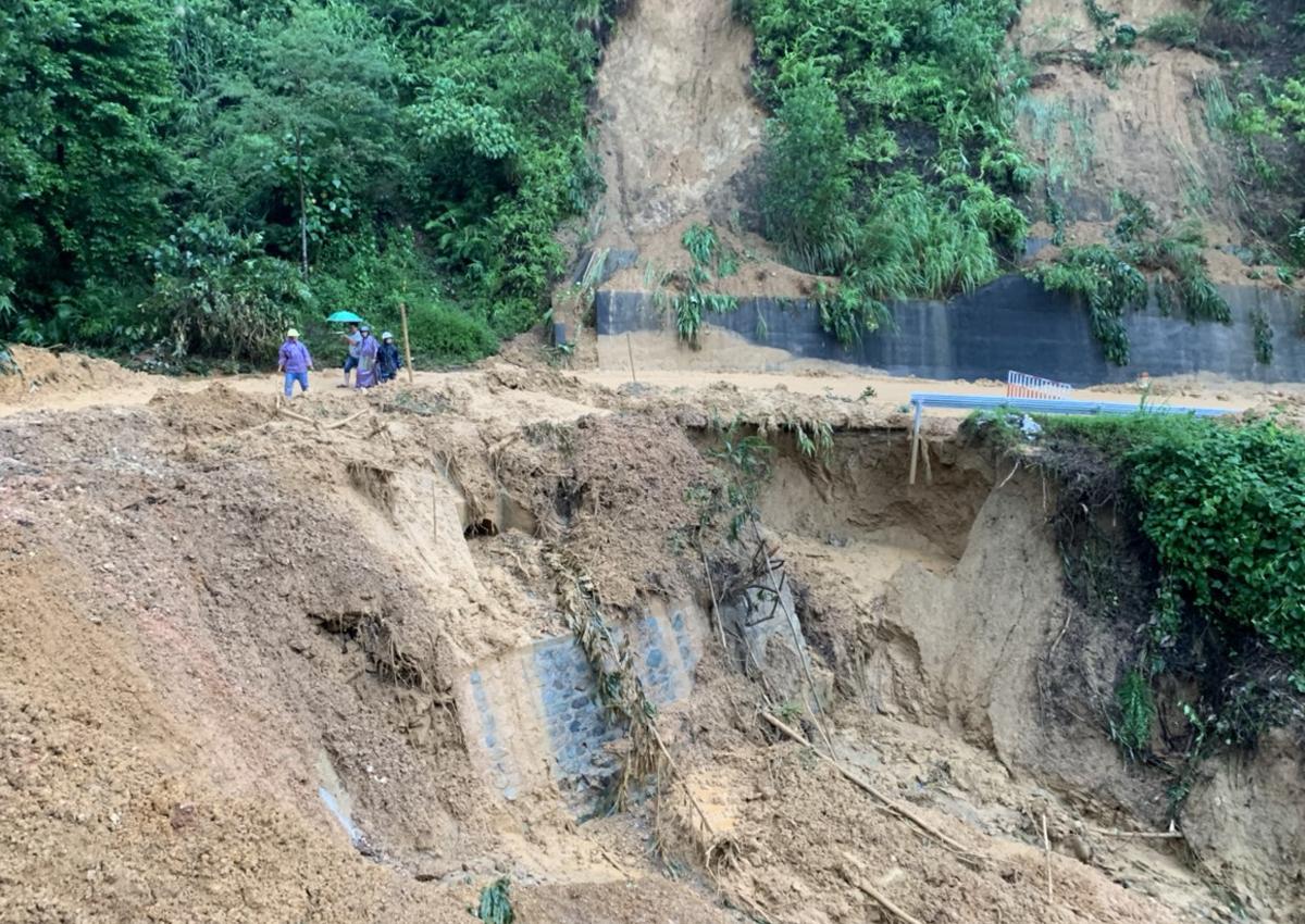Sạt lở ta luy âm tại km 74+415 quốc lộ 49 tỉnh Thừa Thiên Huế. Ảnh: Thanh Ngọc
