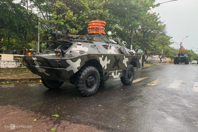 Hai thiết giáp lội nước trên đường Nguyễn Trường Tộ, TP Tuy Hòa sáng nay. Ảnh:Xuân Ngọc.