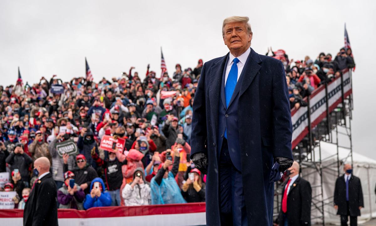 Tổng thống Donald Trump tại sự kiện tranh cử ở Lansing, bang Michigan hôm 27/10. Ảnh: NYTimes.