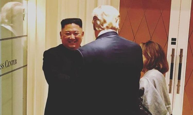 Chủ tịch Kim Jong-un tươi cười khi tạm biệt Tổng thống Trump. Ảnh: Instagram.