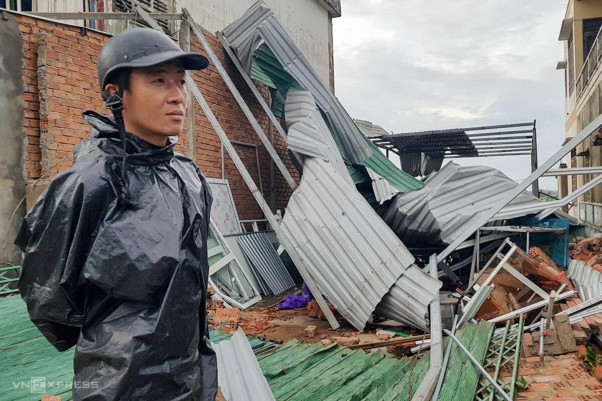 Anh Đình Lăng đứng bên căn nhà sập đổ ở xã Bình Châu, huyện Bình Sơn (Quảng Ngãi) sau khi bão số 9 đi qua. Ảnh: Phước Tuấn.