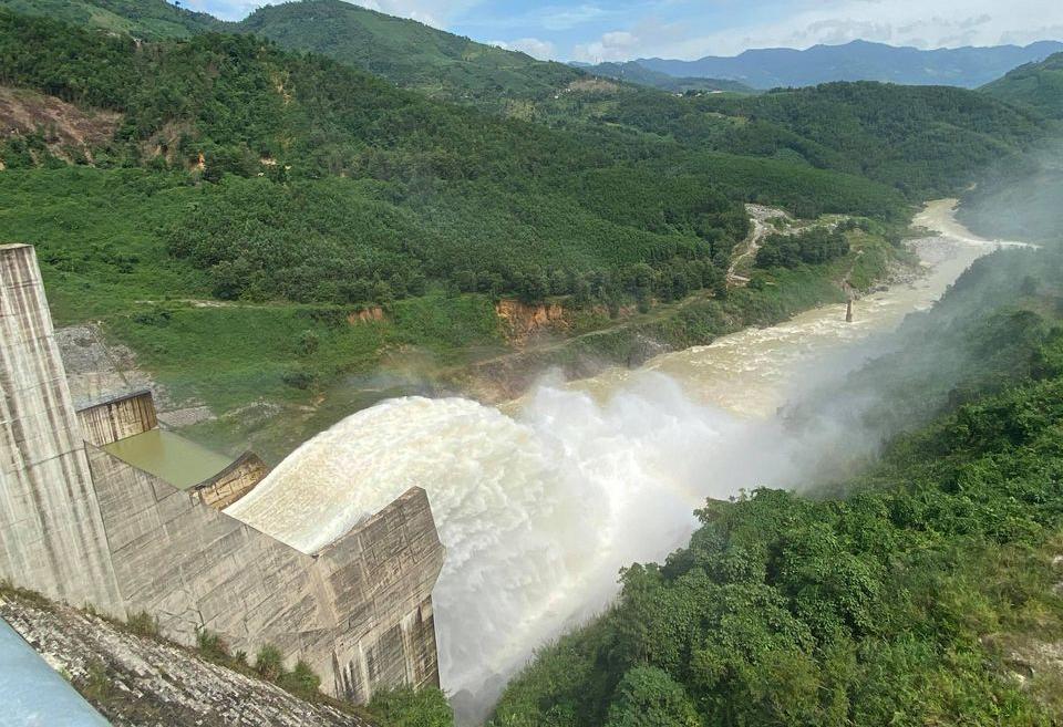 Thủy điện Đăk Đrinh xả lũ điều tiết hôm 27/10. Ảnh: Phạm Linh.