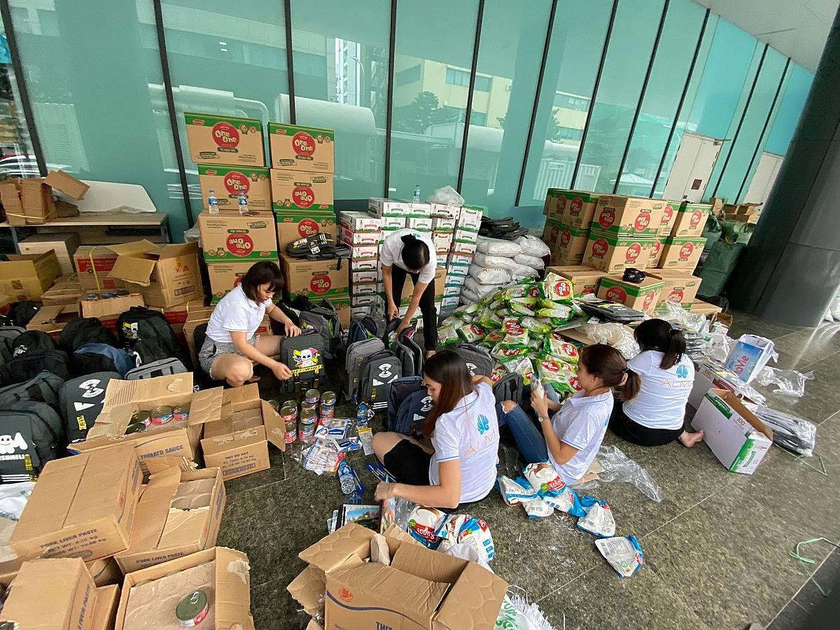 Nhân viên Alma đóng gói, phân loại 700 suất quà tại Hà Nội để cùng Quỹ Hy vọng, VnExpress chuyển tới đồng bào miền Trung. Ảnh: Hương Chi.