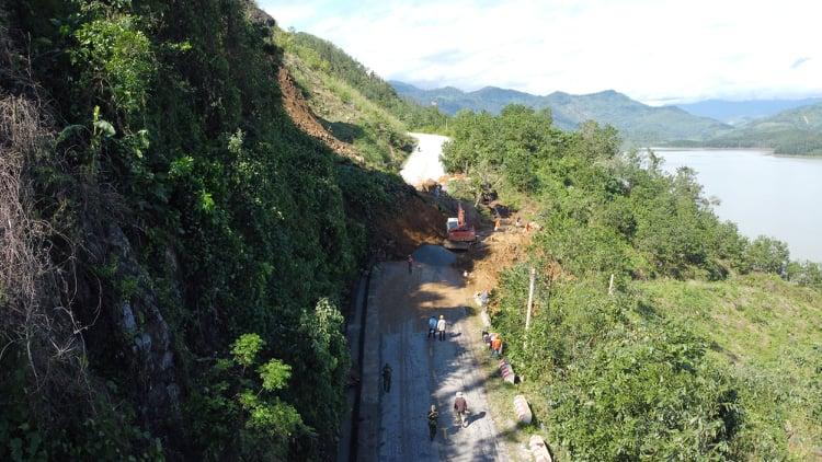 Giao thông vào xã Trà Leng bị chia cắt do sạt lở núi. Ảnh: Đắc Thành