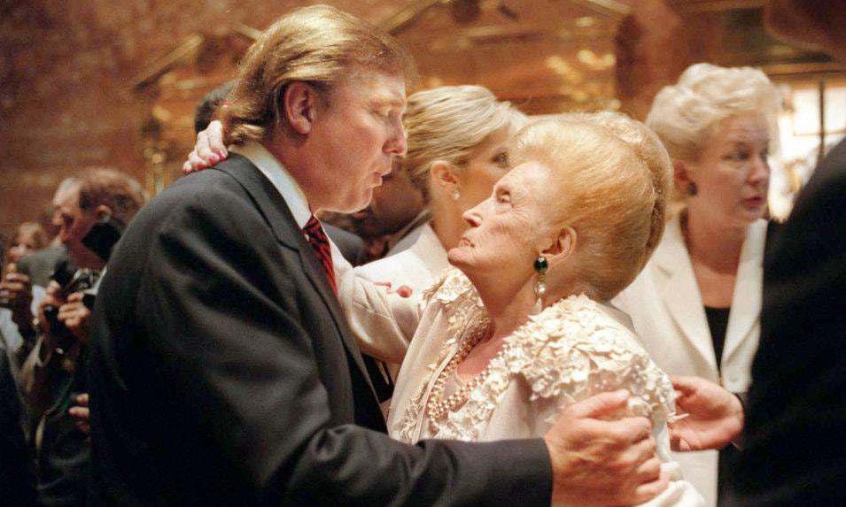 Donald Trump và mẹ tại tiệc sinh nhật tuổi 50 của ông tổ chức ở Tháp Trump, New York, năm 1996. Ảnh: NY Times.