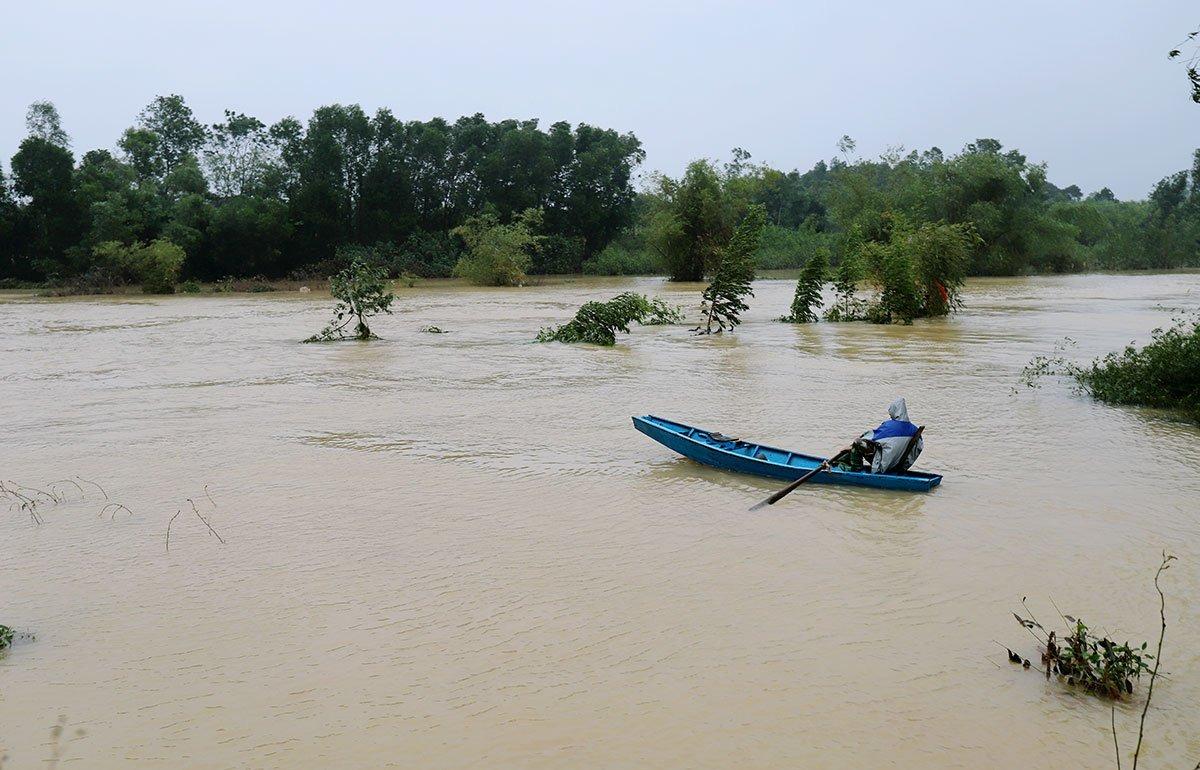 Chiều 28/9, nước trên sông Ngàn Mọ, hạ du hồ Kẻ Gỗ, huyện Cẩm Xuyên, đang dâng nhanh. Ảnh: Đức Hùng