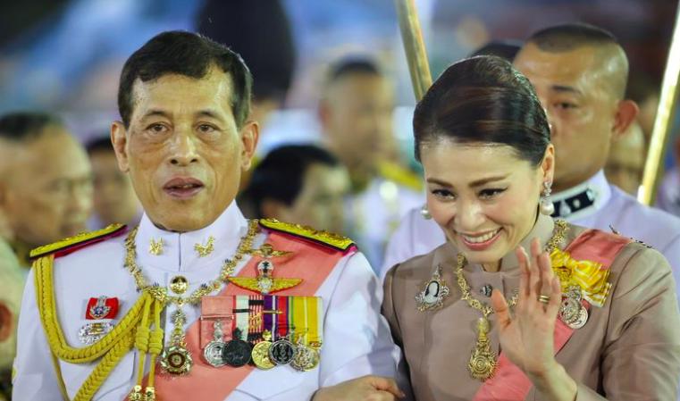 Vua Maha Vajiralongkorn và Hoàng hậu Suthida chào người ủng hộ sau một buổi lễ ở Hoàng cung hôm 23/10. Ảnh: Reuters.