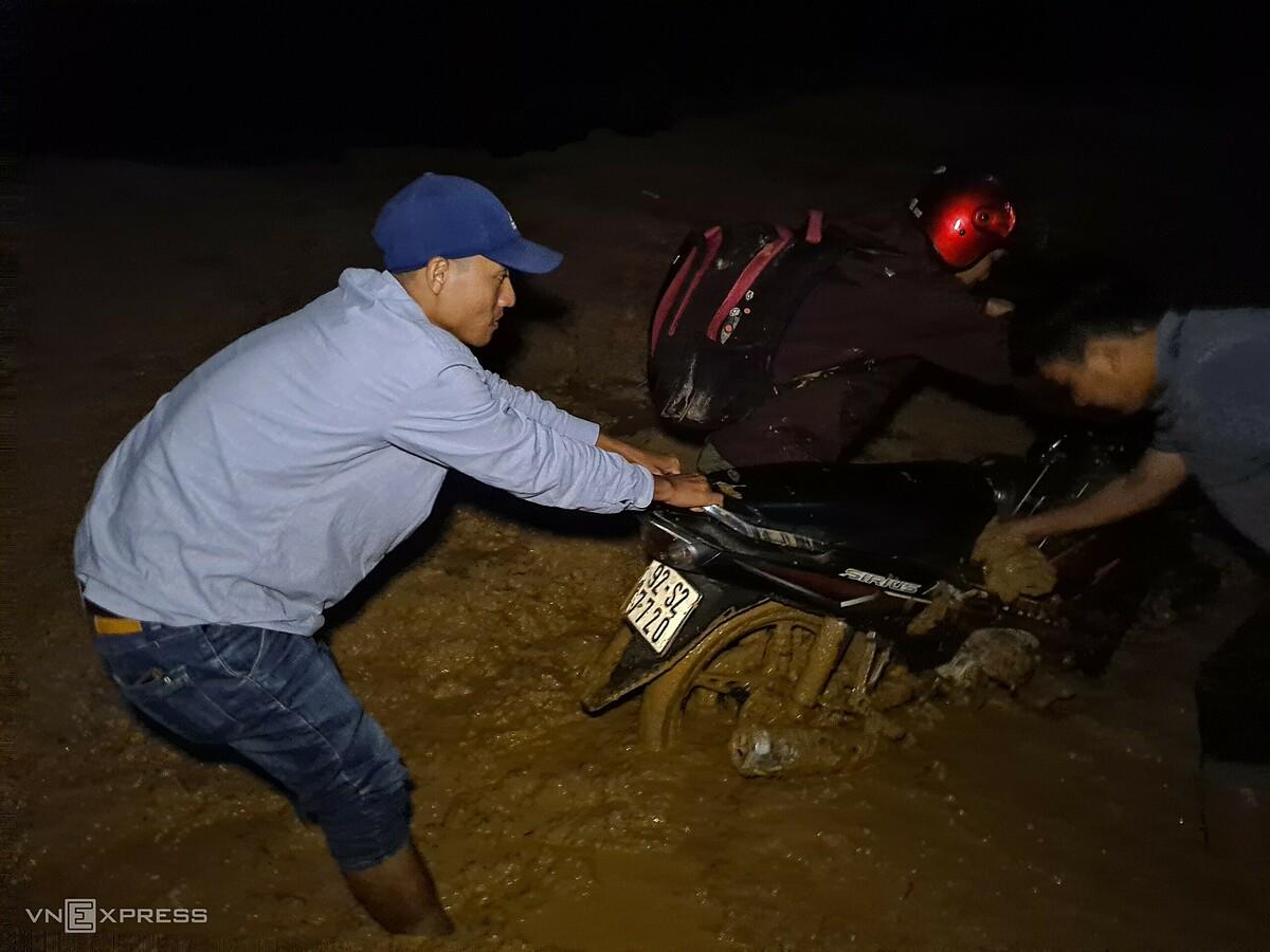 Đường vào xã Phước Lộc nhiều đoạn bùn đất nhão ngập nửa bánh xe máy. Ảnh: Phước Tuấn.