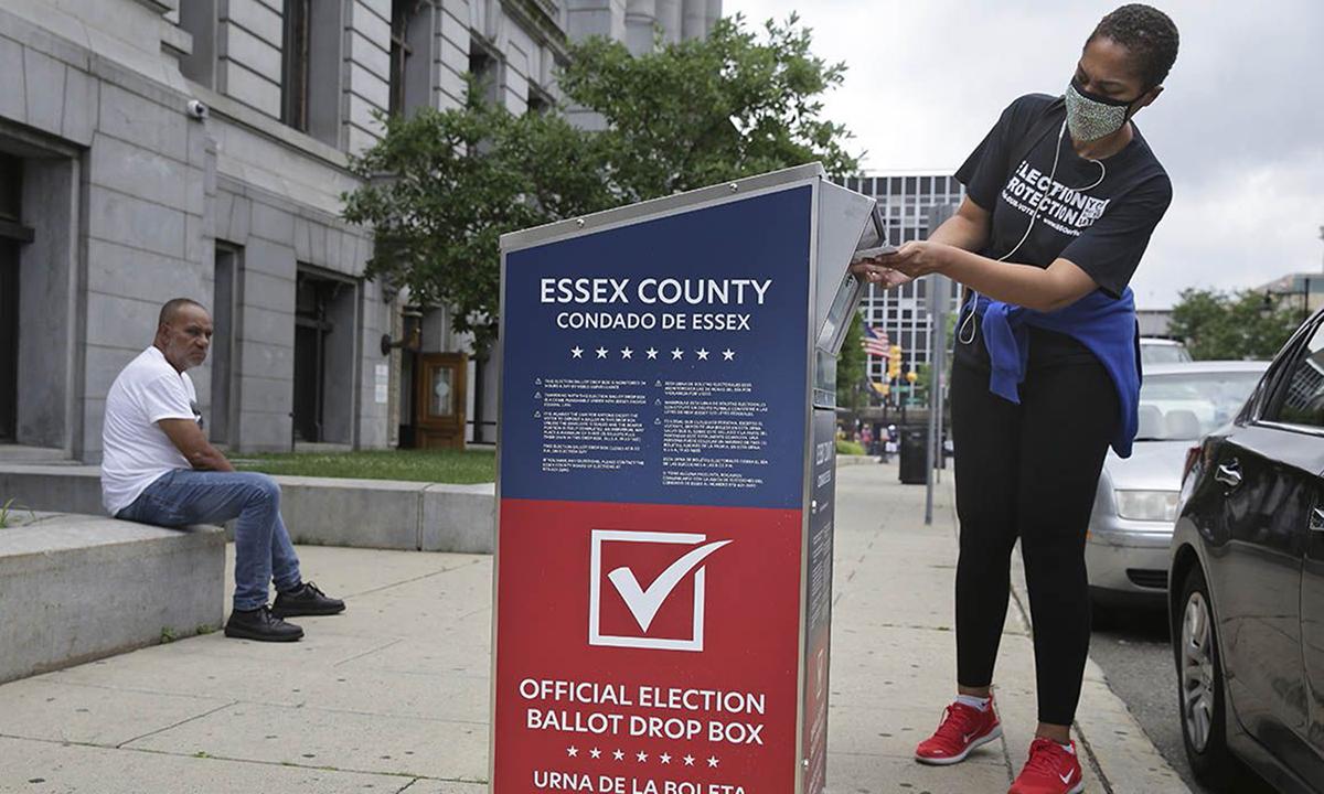 Một cử tri Mỹ đang bỏ phiếu qua thư tại thành phố Newark, bang New Jersey hồi tháng 7. Ảnh: AP.