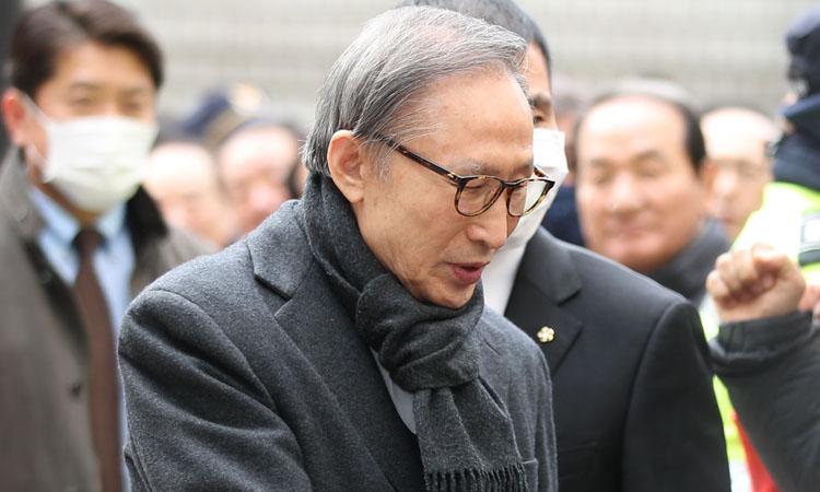 Cựu tổng thống Hàn Quốc Lee Myung-bak chào hỏi những người ủng hộ trước khi dự phiên tòa xét xử tại Tòa án Cấp cao Seoul hồi tháng 2. Ảnh: Yonhap.