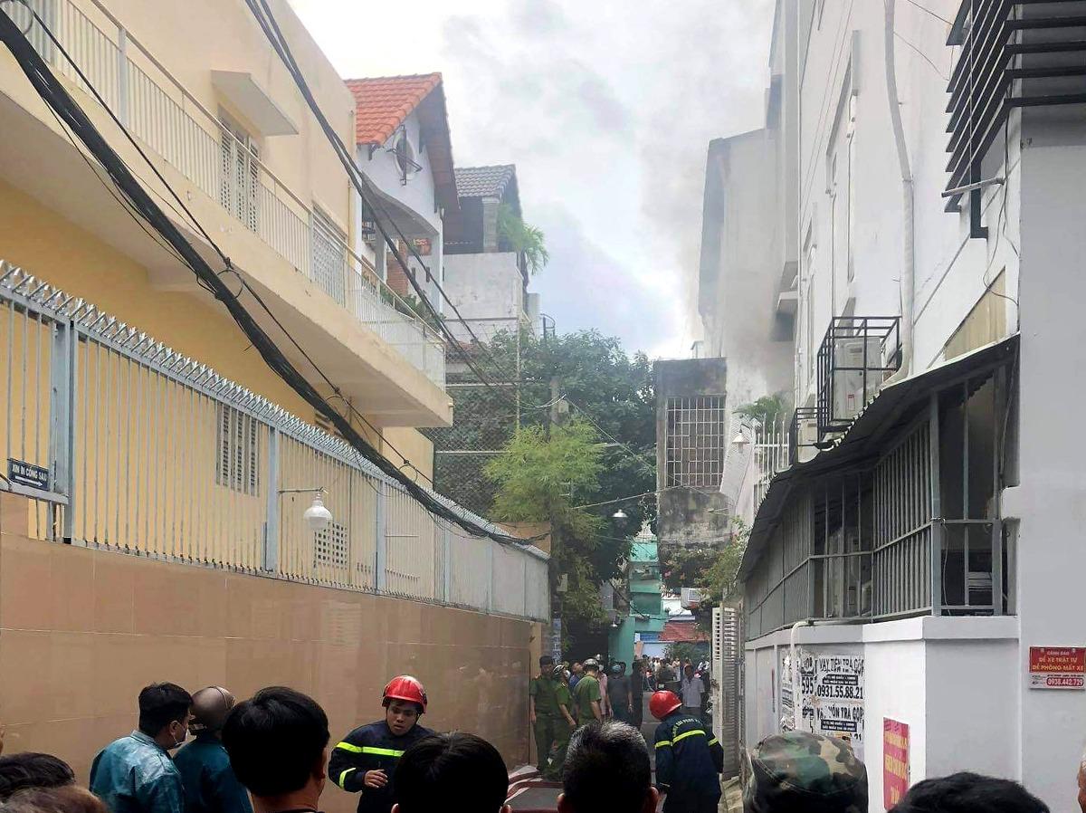 Cảnh sát vào nhà bà Nga để dập lửa, chiều 27/10. Ảnh: Nhật Vy.