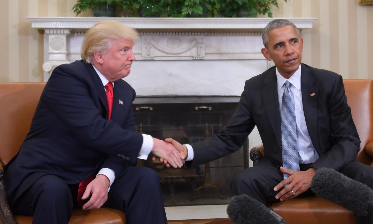 Cựu tổng thống Obama (phải) bắt tay Tổng thống Donald Trump tại Nhà Trắng hồi tháng 11/2016. Ảnh: AFP.