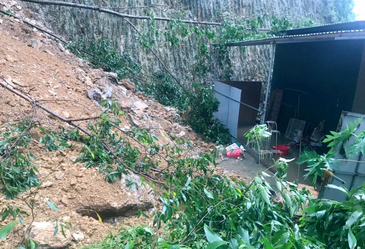 Đồi lở, hàng trăm khối đất đá tràn vào nhà dân ở thị trấn Vũ Quang ngày 28/10. Ảnh: Hùng Lê