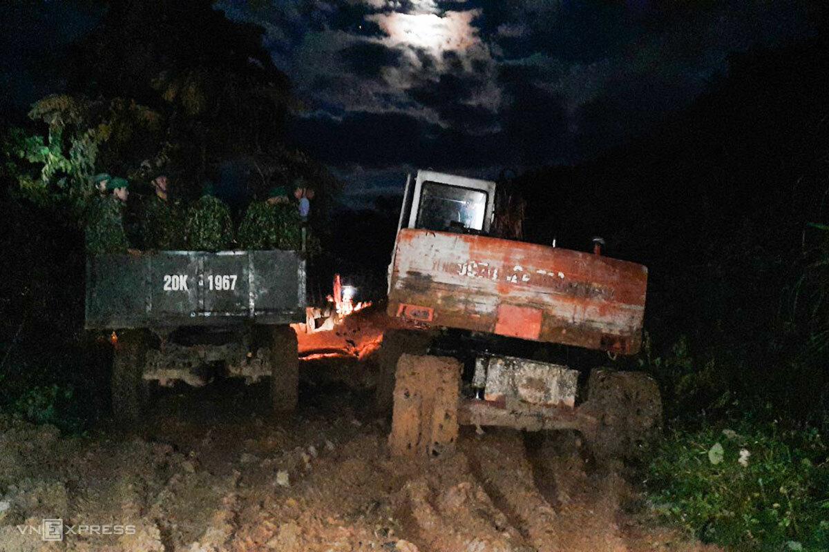 Đường vào Phước Sơn bị sạt lở nhiều điểm sau bão và các đợt lũ, chỉ xe chuyên dụng mới có thể đi vào. Ảnh:Nguyễn Kỷ.