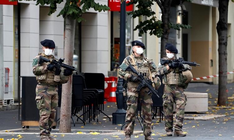 Binh lính Pháp gần hiện trường vụ đâm dao ở thành phố Nice hôm 29/10. Ảnh: AFP.