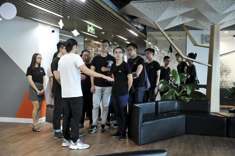 Các sinh viên học chương trình Blockchain tại FUNiX trong chuyến đi thực tế tại doanh nghiệp. Ảnh: FUNiX.