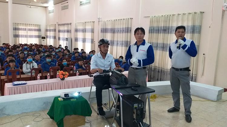 Người tham dự chương trình trải nghiệm máy tập lái xe RT.