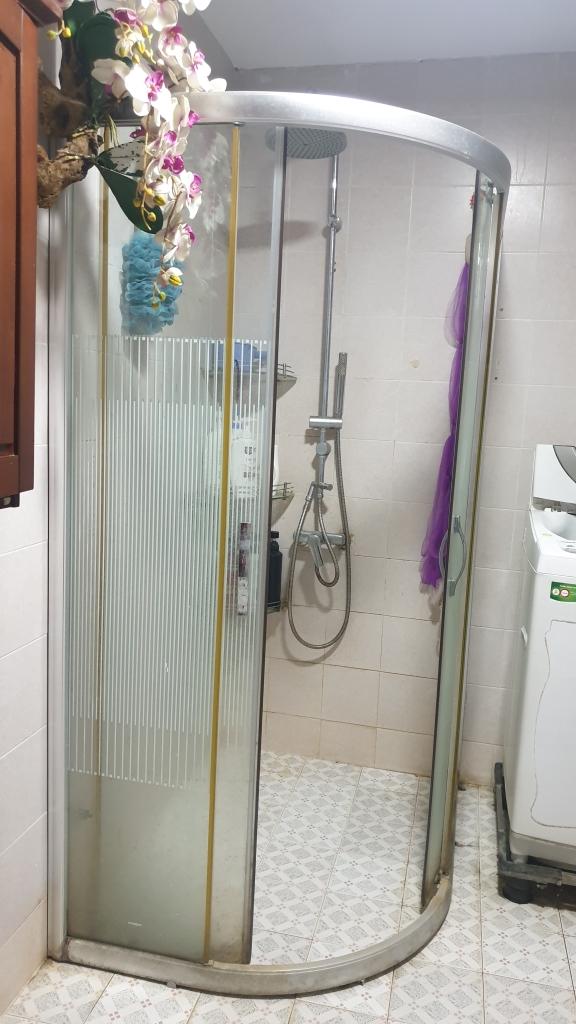 Phòng tắm của gia đình phân chia các khu vực rõ ràng.